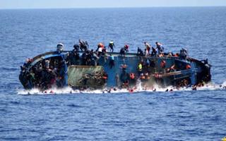 94 مهاجرا يرفضون النزول من سفينة تجارية أنقذتهم من الغرق