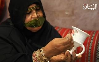 الصورة: الجدة أم أحمد تسولف عن فن تزيين المبخرة