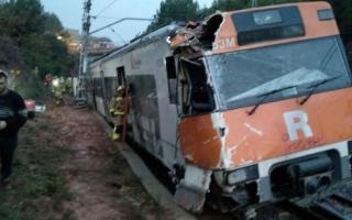 الصورة: مقتل شخص وإصابة 6 إثر انقلاب قطار بالقرب من برشلونة