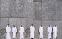 """الصورة: محمد بن راشد ومحمد بن زايد وحكام الإمارات وأولياء العهود يشهدون مراسم """"يوم الشهيد"""""""
