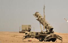 """الصورة: دفاعات """"التحالف العربي"""" ترصد سقوط صاروخ في البحر أطلقه الانقلابيون"""