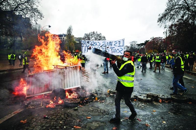 الصورة : Ⅶ  مشهد من مواجهات السترات الصفراء مع قوات الأمن الفرنسية |   أ.ف.ب