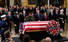 الصورة: بالفيديو.. جثمان جورج بوش الأب يسجّى في الكابيتول