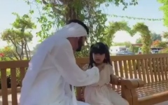 الصورة: محمد بن راشد يكافئ الطفلة سلامة القحطاني باستقبال خاص