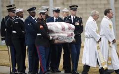 الصورة: جثمان جورج بوش الأب يوارى الثرى