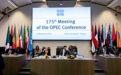 """الصورة: """"أوبك"""" تقرر تخفيض إنتاجها من النفط بـ 1.2 مليون برميل يومياً"""
