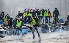 """الصورة: صدامات وإطلاق غاز مسيل للدموع في احتجاجات """"السترات الصفراء"""""""