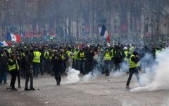 الصورة: ماكرون قد يضطر إلى إقالة رئيس الحكومة لمواجهة غضب الشارع