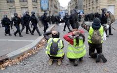 """الصورة: اعتقال 700 من """"السترات الصفراء"""" في باريس"""