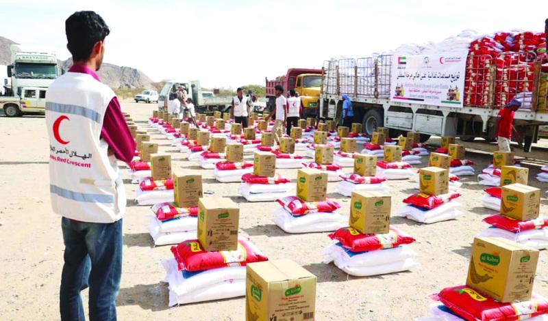 الصورة : Ⅶ خلال توزيع مساعدات «الهلال» في شبوة     وام