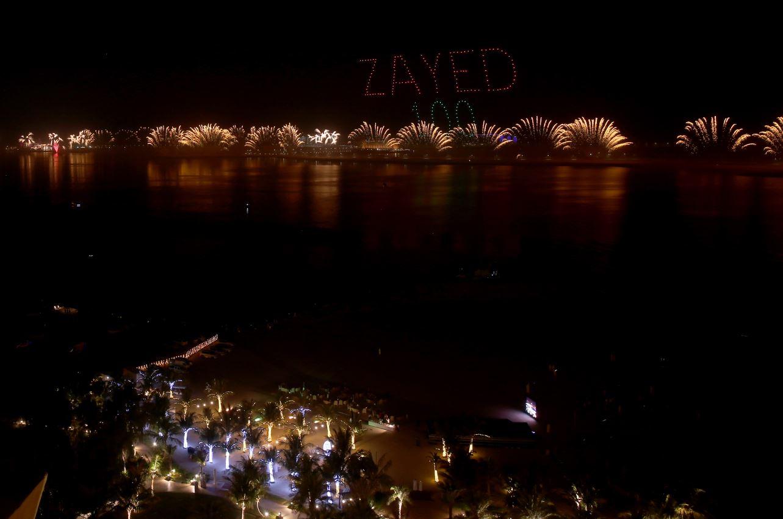 الصورة : عروض الألعاب النارية في جزيرة المرجان برأس الخيمة حيث دخلت الموسوعة العالمية عن فئتي «أطول سلسلة للألعاب النارية»و«أطول خط مستقيم للألعاب النارية» .تصوير- ابراهيم صادق