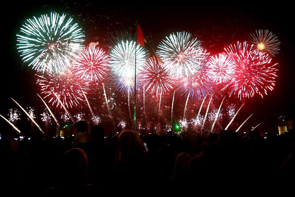 الصورة : عرض الألعاب النارية في القرية التراثية بالوثبة في ابوظبي  التي شهدت أضخم عرض ألعاب نارية بطول 1000 متر على الأرض . تصوير- مجدي اسكندر