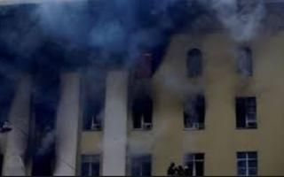 الصورة: معمر يبلغ 103 أعوام يقفز من نافذة غرفته بسبب حريق