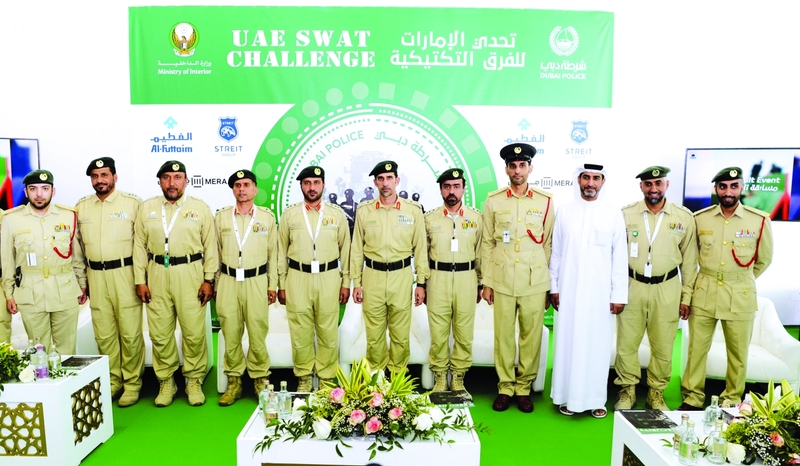 Ⅶ  عبدالله المري في صورة تذكارية مع أعضاء اللجنة المنظمة للبطولة   |  من المصدر