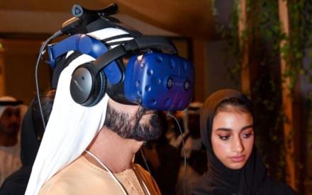 الصورة: الصورة: محمد بن راشد يطلع على تجربة بتقنية  الواقع الافتراضي للتوعية البيئية