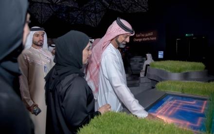الصورة: الصورة: عمار النعيمي يطلع على «ابتكارات الحكومات الخلاقة»