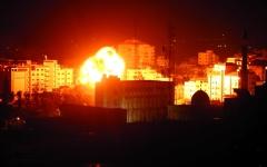 الصورة: الصورة: غزة تحت النار والاحتلال يتوعد بعملية واسعة النطاق