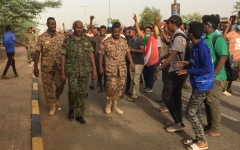 الصورة: الصورة: جنود داهموا مقر الحركة الإسلامية التي يتزعمها البشير بالخرطوم