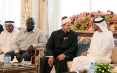 الصورة: الصورة: محمد بن زايد يستقبل إمامي مسجدي النور ولينوود بمدينة كرايستشيرش