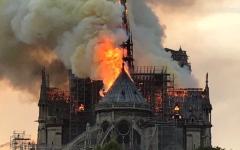 الصورة: الصورة: بالفيديو.. انهيار برج كاتدرائية نوتردام بعدما التهمته النيران
