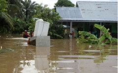 الصورة: الصورة: 17 قتيلاً وآلاف النازحين في فيضانات اندونيسيا