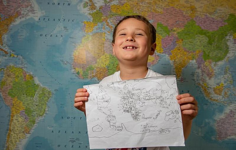 طفل مصاب بالتوحد يرسم خريطة العالم في دقائق فكر وفن الصفحة