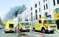 الصورة: الصورة: «مدني دبي» يسيطر على حريق شب في 3 مركبات ومستودعات