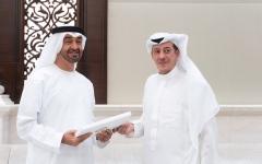 الصورة: الصورة: رئيس الدولة يتلقى رسالة من خادم الحرمين تسلمها محمد بن زايد