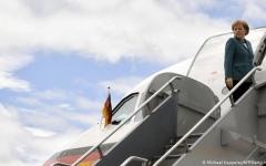 الصورة: الصورة: اصطدام شاحنة بطائرة ميركل والسبب..صورة سيلفي