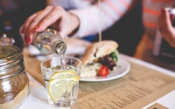 الصورة: الصورة: فوائد مذهلة لمشروب الماء بالليمون