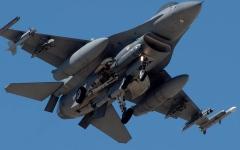 الصورة: الصورة: سقوط طائرة إف-16 فوق مبنى في كاليفورنيا الأمريكية