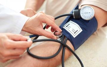 الصورة: الصورة: ما هو معدل ضغط الدم الطبيعي حسب العمر؟