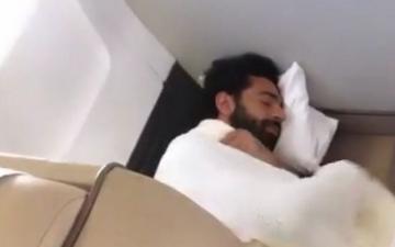 الصورة: الصورة: شاهد..محمد صلاح ينام على أرضية الطائرة