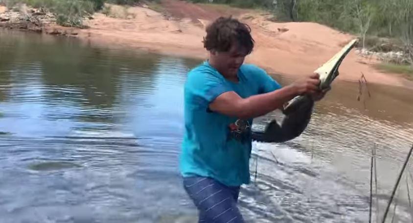 مشهد نادر.. اصطاد تمساحاً بيديه!