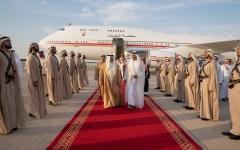 الصورة: الصورة: محمد بن زايد يستقبل ملك البحرين لدى وصوله مطار الرئاسة في أبوظبي