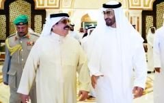 الصورة: الصورة: محمد بن زايد يودّع ملك البحرين لدى مغادرته البلاد