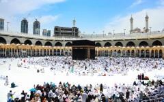 الصورة: الصورة: ضيوف الرحمن يؤدون بالمسجد الحرام آخر جمعة من شهر رمضان