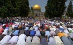 """الصورة: الصورة: بالفيديو.. ربع مليون يؤدون صلاة الجمعة الأخيرة من رمضان في """"الأقصى"""""""