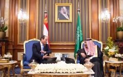 الصورة: الصورة: خادم الحرمين يلتقي الرئيس المصري على هامش القمة الإسلامية