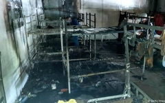 الصورة: الصورة: إصابة 30 شخصا في حريق نشب في مركز للمهاجرين بالب