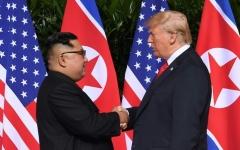 """الصورة: الصورة: ترامب تلقى """"رسالة رائعة"""" من كيم جونغ"""