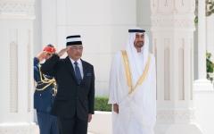 الصورة: الصورة: محمد بن زايد يستقبل ملك ماليزيا