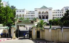 الصورة: الصورة: سجن رئيسي وزراء سابقين بالجزائر خلال 24 ساعة