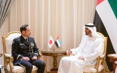 الصورة: الصورة: محمد بن زايد يستقبل رئيس أركان القوات المشتركة اليابانية