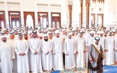 الصورة: الصورة: المعلا وحمدان بن محمد والشيوخ يؤدون الصلاة على جثمان منصور بن أحمد آل ثاني