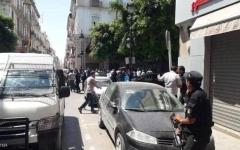 الصورة: الصورة: الداخلية التونسية: مقتل رجل أمن وإصابة 9 أشخاص جراء تفجيرين بالعاصمة