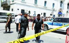 الصورة: الصورة: إغلاق الطريق إلى القصر الرئاسي بتونس بعد التفجيرات الإرهابية
