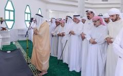 الصورة: الصورة: الشيوخ يؤدون صلاة الجنازة على جثمان زوجة عبدالله أمين الشرفاء