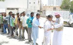 الصورة: الصورة: الفجيرة الخيرية توزع 160 ألف عبوة ماء وعصائر على العمال خلال الصيف