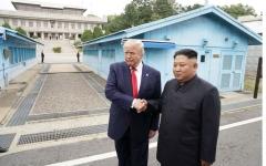 الصورة: الصورة: ترامب وكيم يتصافحان عند الحدود بين الكوريتين